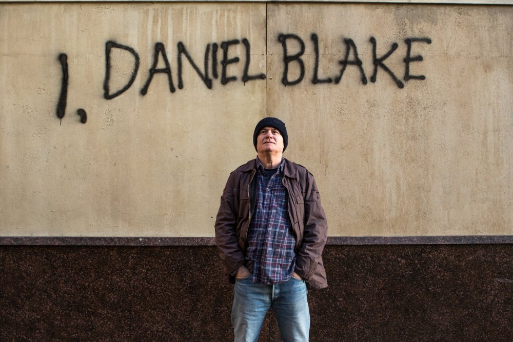 i-daniel-blake-2016-005-daniel-with-his-wall-graffiti.jpg
